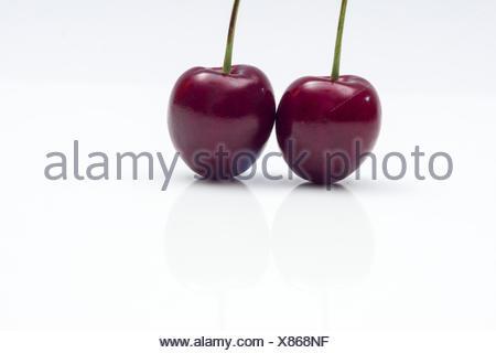 Kirschenpaar auf weißem Hintergrund - Stock Photo