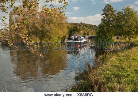 Pleasure cruiser approaching Hambleden Lock on the River Thames near Henley, Oxfordshire, Uk - Stock Photo