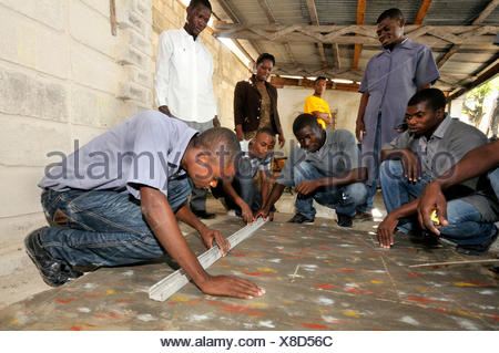 Training courses in laying tiles for young people from the Cite Soleil slums, Salesian project Lakay or The House - Stock Photo