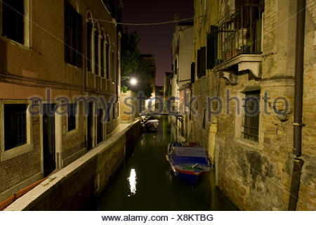 Kanal in Venedig bei Nacht - Stock Photo