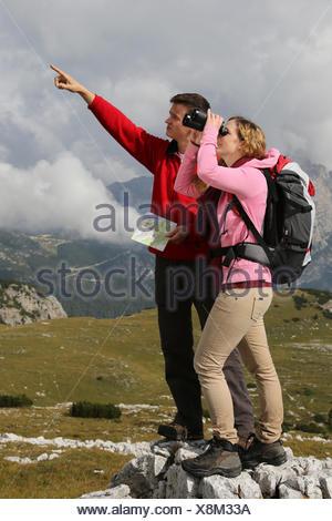 Eine junge Frau sucht das Ziel während und ihr Freund weist ihr den ...