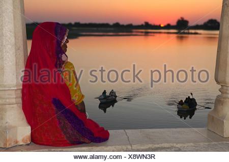 Lake, boats, woman, sundown, sunset, row, idyls, sun, romatisch, mood, sari look, Pachewar, rural, bright, India, Asia, Rajastha - Stock Photo