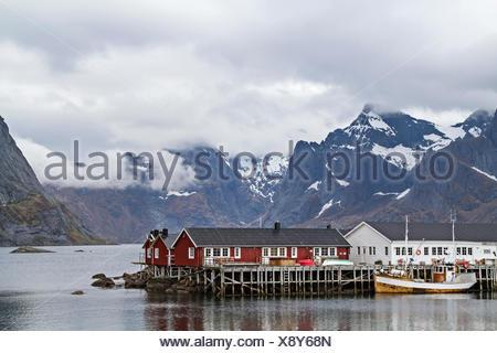 Hamnoy - idyllischer Fischerort vor den grandiosen Gipfeln der Lofotenmauer - Stock Photo