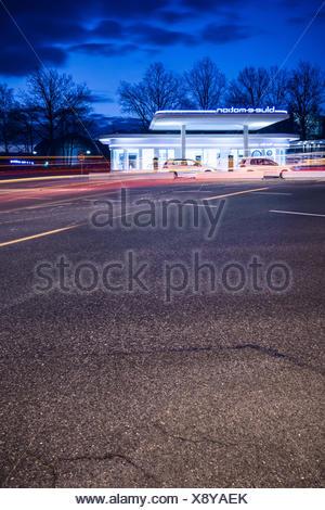 Elektrotankstelle bei Nacht, e-Mobility - Stock Photo