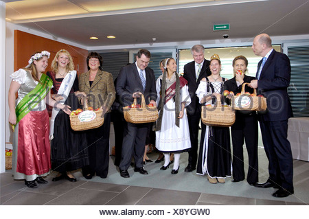 ... Traditional Handover Of Apples For The Members Of The Federal Cabinet    Stock Photo