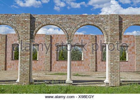Moderne Bauruine in klassisch römischen Stil - unvollendet und aufgegeben dient diese moderne Bauruine  einerseits Obdachlosen zu einer ungewöhnlichen Unterkunft oder erweist sich als idyllischer Piknikplatz - Stock Photo