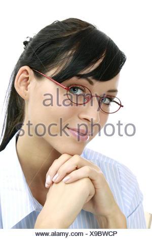 junge dunkelhaarige Frau mit Brille (Modellfreigabe) - Stock Photo