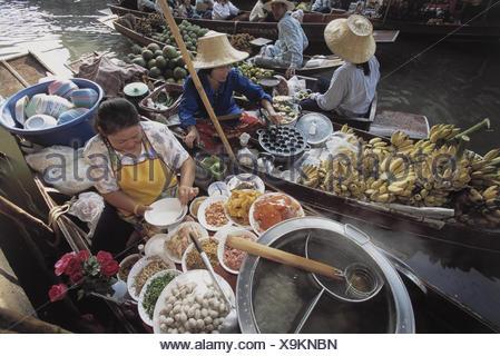 Thailand, Damnoen Saduak, 'Schwimmender Markt', Verkauf, Lebensmittel Asien, Markt, Floating Market, Verkauf, Lebensmittel, Nahrungsmittel, Früchte, Obst, Einkauf, Handel, Wirtschaft, Boote, Garküchen, Speisen, Zubereitung, Tradition - Stock Photo