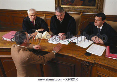 Dish scene, judge, sollicitor, conversation dish, hearing, courtroom, judge, defender, assessor, defendant, men, man, conversation, judge's table, negotiations, process, justice, right, justice, lawyer, questioning, stuffs, statement - Stock Photo