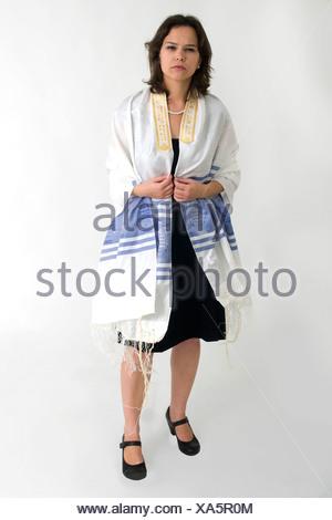 Reform Judaism - female Rabbi wears a Tallis - Stock Photo