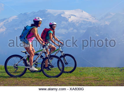 two female mountain bikers in front of mountain scenery, France, Savoie, Vanoise National Park, Champagny - Stock Photo