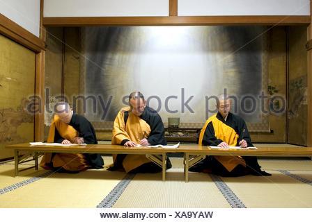monks practicing calligraphy in meditation room,Temple Henjôkô  Japon, province de Wakayama, Mont Kôyasan, ensemble de temples - Stock Photo
