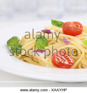 Italienisches Gericht Spaghetti mit Tomaten Nudeln Pasta auf Teller - Stock Photo