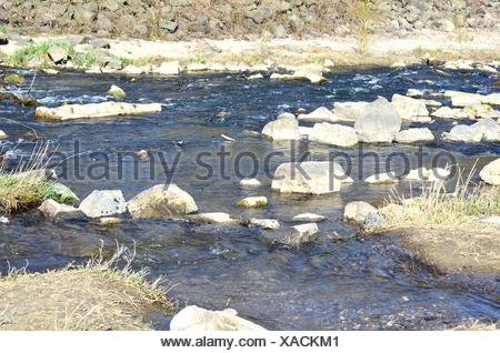 Idyllischer Blick und ein wunderbares Plätzchen an einen Wildwasser - Bachlauf mit kleinen Findlingen. - Stock Photo