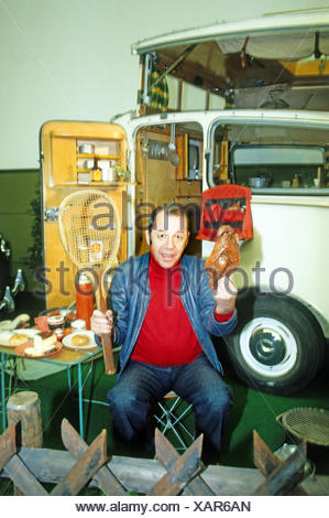 Howland, Chris, 30.7.1928 - 30.11.2013, British entertainer and disc jockey, half length, in front of caravan, 1980s, Additional-Rights-Clearances-NA - Stock Photo