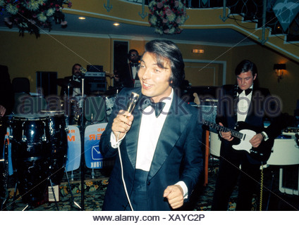 Gott, Karel, * 14.7.1939, Czech singer, half length, during a show, 1970s, stage, concert, singing, microphone, tailcoat, musici - Stock Photo