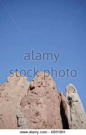 USA, Colorado, El Paso, Colorado Springs, Garden of the Gods, Garden Drive, Rock climber climbing spire - Stock Photo