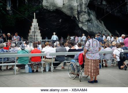 Procession Lourdes (Lorda in Occitaan), Sanctuaire Notre-Dame de Lourdes, Hautes-Pyrénées,France. Pelgrims visiting Our Lady of Lourdes statue - Stock Photo