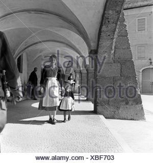 Eine Mutter und ihre kleine Tochter spazieren durch die Kolonnaden des Ehrenmals für die im 1. Weltkrieg Gefallenen in Berchtesgaden, Deutschland 1930er Jahre. A mother strolling with her little daughter through the colonnades of Berchtesgaden WWI memoria - Stock Photo