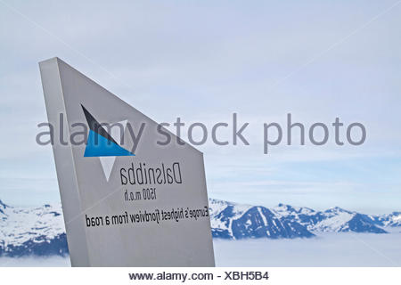 Die Dalsnibba ist ein Gipfel, der wegen der Aussicht auf den  Geirangerfjord, der hier  unter einer Wolkendecke steckte,  bekannt ist - Stock Photo