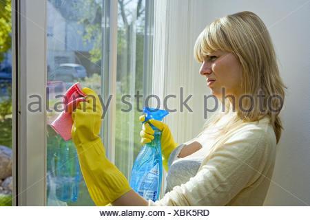 20-30 Jahre, Fenster, Fensterputzen, Fensterscheiben, Freizeitkleidung, Glasreiniger, Gruendlichkeit, Gummihandschuhe, Handschuh - Stock Photo