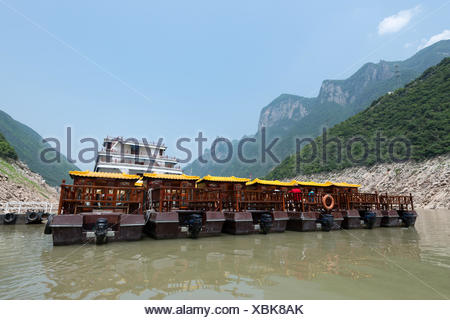 China, Chongqing, river cruise on the Yangtze River, small excursion boats at a feeder in Wu Gorge which has a length of 44 km - Stock Photo