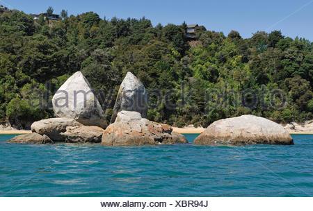 Split Apple Rock, Marahau, Tasman Bay, Abel Tasman National Park, South Island, New Zealand - Stock Photo