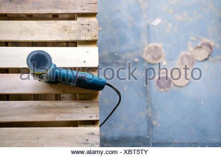 Random orbital sander on pallet - Stock Photo