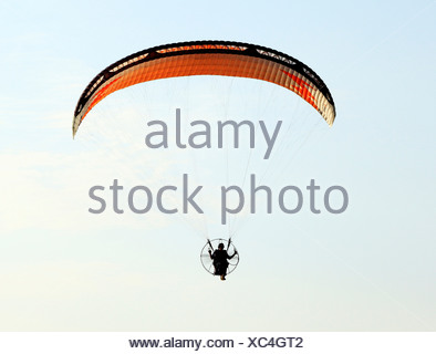 Hang Glider man hang gliding flying parachute leisure activity UK gliders - Stock Photo