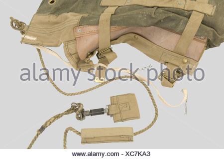 Grande Bretagne Deuxième Guerre Mondiale, Rare 'Leg Bag' de Parachutiste Anglais, en toile renforcée verte, renforcé en tissu de toile beige, sangle de laçage avec poignée coulissante et système de fixation au harnais. Daté 1943., , - Stock Photo