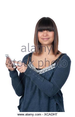 Freigestelltes Foto einer jungen Frau, die ein Smartphone benutzt - Stock Photo