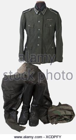 WEHRMACHT, Ensemble de sous-officier infanterie Heer, comprenant une vareuse modèle 1936 couleur feldgrau de sous-officier (nombreuses réparations) complète de ses boutons, aigle de poitrine monté d'origine, coins de col (tour de col galon argent), pattes d'épaules, intérieur textile gris avec marquage du fabricant, une culotte en drap feldgrau basane cuir marron, intérieur textile blanc (traces d'usures), une chemise feldgrau, une paire de bottes hautes en cuir brun, un poncho camouflé éclats, , - Stock Photo