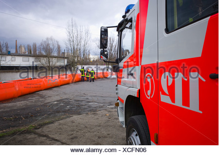 Artificial flood protection dam QUICK DAMM SYSTEM, fire service monitoring the flooding, Frankfurt, Hesse, Germany, Europe - Stock Photo