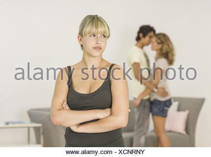 Teenager-Maedchen, eifersuechtig auf verliebtes Paerchen