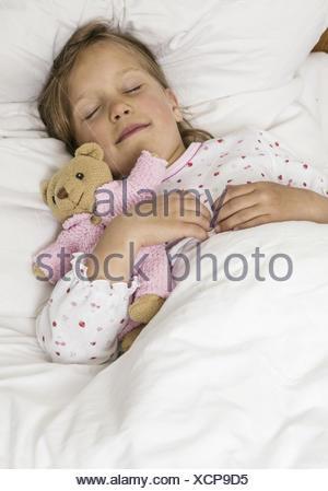 Kleines Maedchen schlaeft im Bett (model-released) - Stock Photo