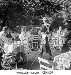 Menschen in einem Cafe in Stuttgart, Deutschland 1930er Jahre. People at a cafe in Stuttgart, Germany 1930s. - Stock Photo