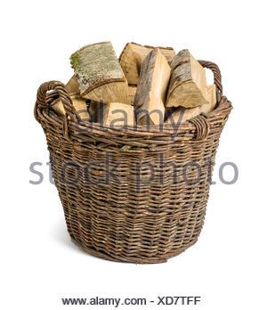 Weidenkorb gefüllt mit Kaminholz