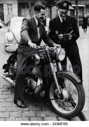 Oliver, Eric, 13.4.1911 - 1.3.1980, British athlete  (motorcycle racer), half length, on a 350 ccm Triumph Boss, Frankfurt, 1954, Additional-Rights-Clearances-NA - Stock Photo