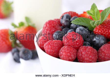 Gesunde Beeren Früchte wie Erdbeeren, Himbeeren und Blaubeeren zum Frühstück - Stock Photo