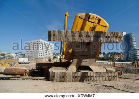 A crawler excavator toppled over on the construction site between Neue Bibliothek and Pariser Platz, Stuttgart - Stock Photo