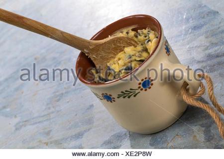 selbstgemachtes Vogelfutter wird in eine Tasse zum Aufhaengen gefuellt   self made birdseeds are filled in a cup   BLWS419327.jp - Stock Photo