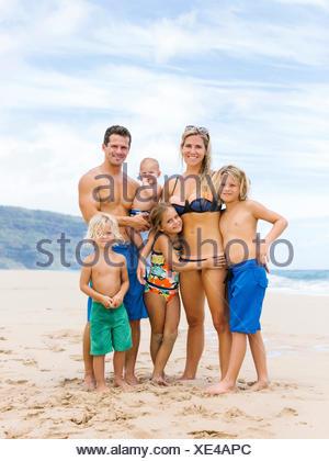 USA, Hawaii, Kauai, Parents with four children (12-17 months, 4-5, 6-7, 8-9) at beach - Stock Photo