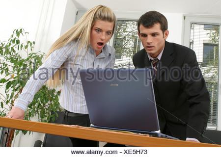 Two employees in office Zwei Angestellte im Buero - Stock Photo