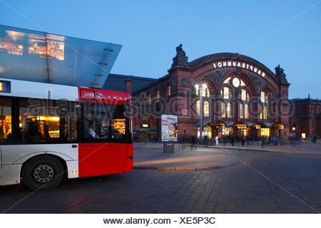 Autobus mit Hauptbahnhof am Bahnhofsplatz bei Abenddämmerung, Bremen, Deutschland, Europa - Stock Photo