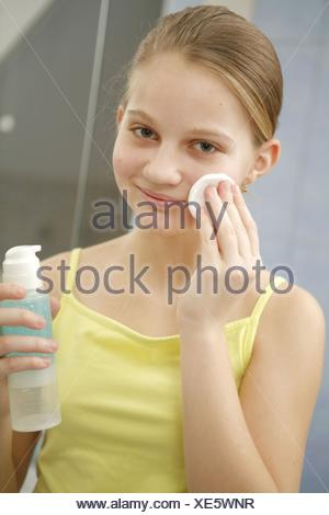 12-14 Jahre, Akne, Behandlung, Portrait, Gesicht, Gesichtsausdruck, Gesichtshaut, Gesichtspflege, Haut, Hautpflege, Hautprobleme - Stock Photo
