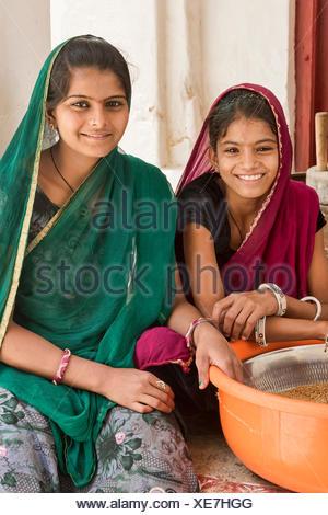 Mädchen bei Hausarbeit, Bera, Rajasthan, Indien. - Stock Photo