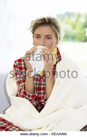 Frau Jung Schnupfen Taschentuch Erkaeltung Krank Krankheit Grippe Grippeerkranknung Nase Putzen Gesicht Viruserkrankung Influenz - Stock Photo