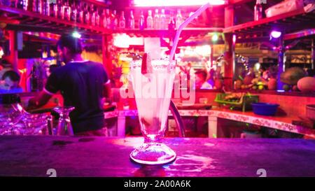 Traditionelle cocktail Daiquiri. Mit Kalk an der Bar Hintergrund eingerichtet. Hintergrund verschwommen mit Soft Focus. Platz für Text - Stockfoto