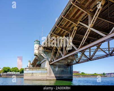 Breite truss Burnside Zugbrücke mit Türmen auf Betonstützen mit Mechanismen für die Anhebung der zentralen Teil der Brücke über den Willamett - Stockfoto