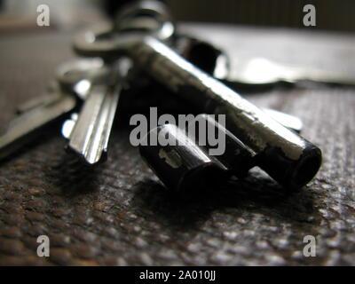 Makroaufnahme der alten Schlüssel am Schlüsselbund mit einer geringen Tiefenschärfe-selektiven Fokus/Hintergrund, Textur - Stockfoto